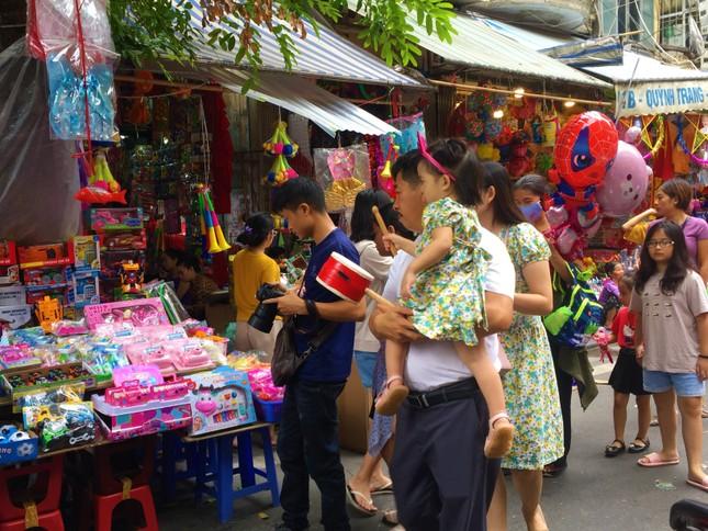 Nhiều chủ quán trên phố Hàng Mã bị xử lý vì treo biển thu tiền chụp ảnh ảnh 12