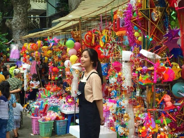 Nhiều chủ quán trên phố Hàng Mã bị xử lý vì treo biển thu tiền chụp ảnh ảnh 9