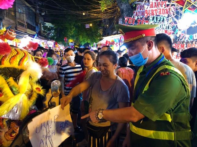 Nhiều chủ quán trên phố Hàng Mã bị xử lý vì treo biển thu tiền chụp ảnh ảnh 5