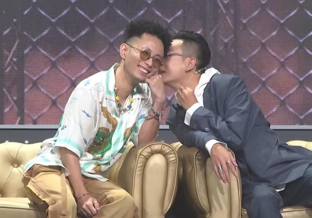 Những cử chỉ tình tứ của bộ đôi giám khảo Rap Việt khiến ai nấy đều 'đứng ngồi không yên' ảnh 3