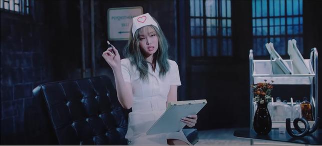 Jennie (Blackpink) hoá y tá gợi cảm trong MV mới giữa dịch COVID-19, bị chỉ trích mạnh mẽ ảnh 3