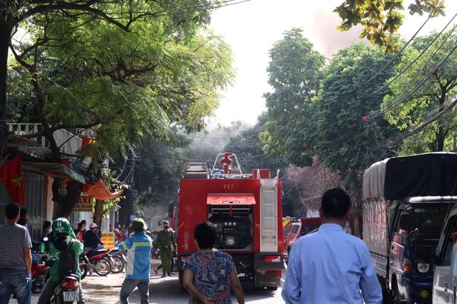 Bãi phế liệu trên đường Phúc Diễn cháy lớn ảnh 2