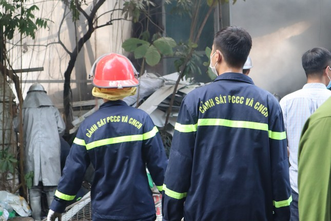 Bãi phế liệu trên đường Phúc Diễn cháy lớn ảnh 5