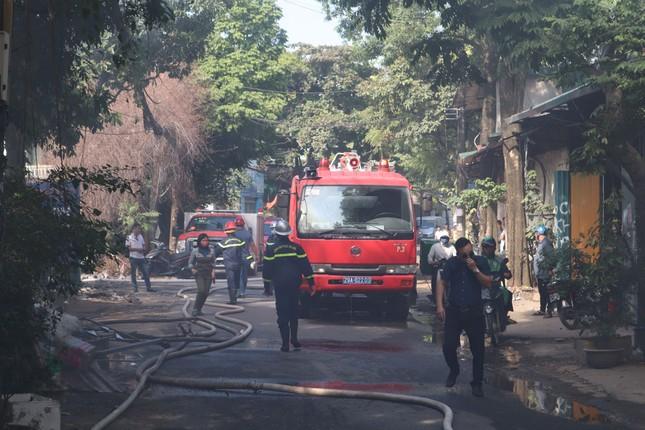 Bãi phế liệu trên đường Phúc Diễn cháy lớn ảnh 1