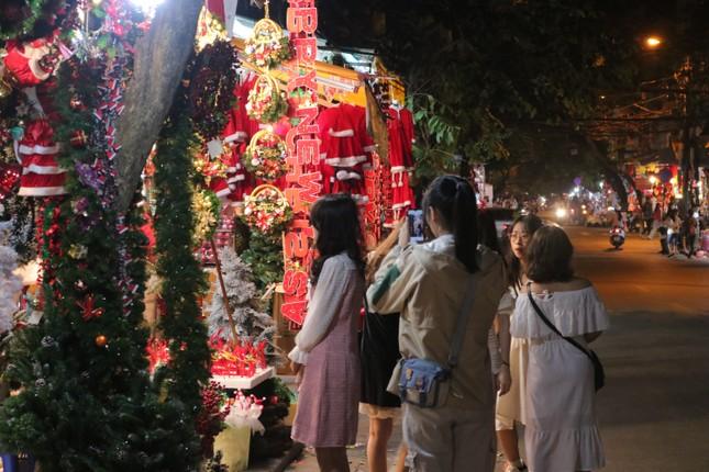Nam thanh, nữ tú nhộn nhịp lên phố Hàng Mã trước thềm Giáng Sinh ảnh 1