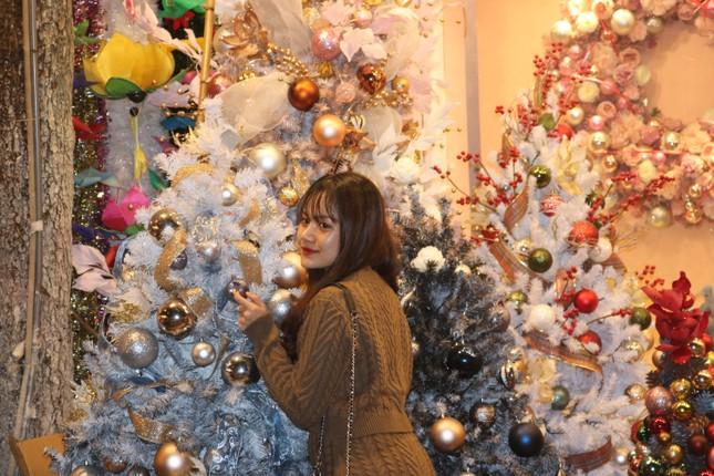 Nam thanh, nữ tú nhộn nhịp lên phố Hàng Mã trước thềm Giáng Sinh ảnh 10