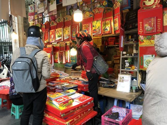 Tết Dương lịch đến gần, phố phường Hà Nội ngập tràn sắc đỏ ảnh 3