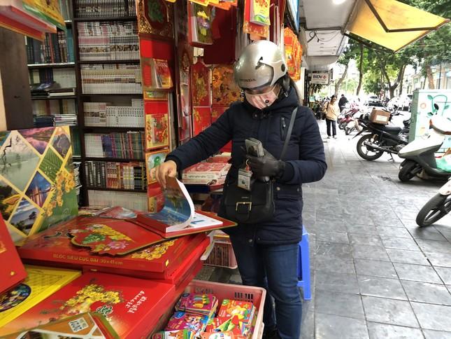 Tết Dương lịch đến gần, phố phường Hà Nội ngập tràn sắc đỏ ảnh 10