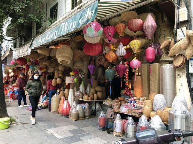 Tết Dương lịch đến gần, phố phường Hà Nội ngập tràn sắc đỏ ảnh 8