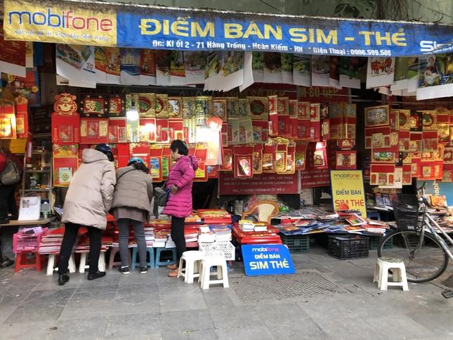 Tết Dương lịch đến gần, phố phường Hà Nội ngập tràn sắc đỏ ảnh 2