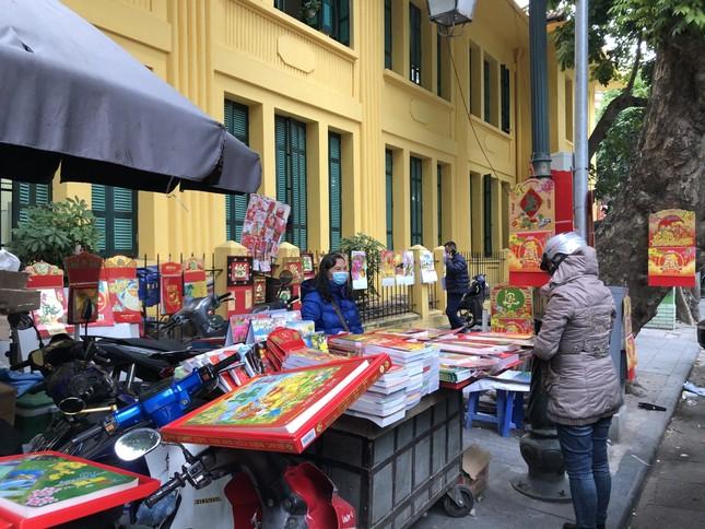 Tết Dương lịch đến gần, phố phường Hà Nội ngập tràn sắc đỏ ảnh 5