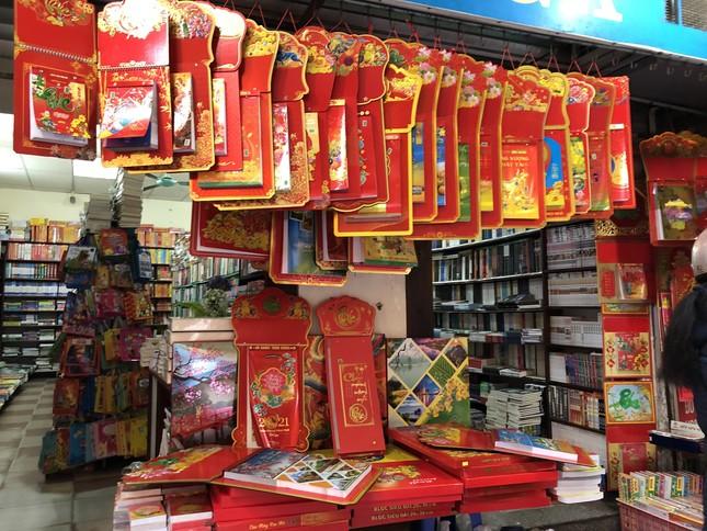 Tết Dương lịch đến gần, phố phường Hà Nội ngập tràn sắc đỏ ảnh 1