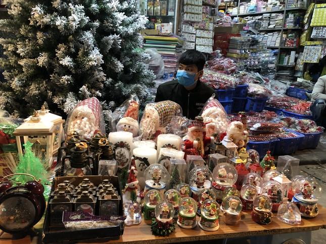 Nhộn nhịp thị trường đồ trang trí, quà tặng Noel ảnh 2