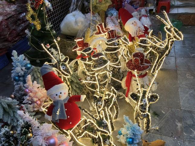 Nhộn nhịp thị trường đồ trang trí, quà tặng Noel ảnh 5