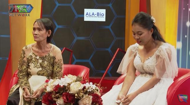 Quyền Linh tặng nóng tiền cho cặp mẹ chồng – nàng dâu nghèo gây xúc động ảnh 1