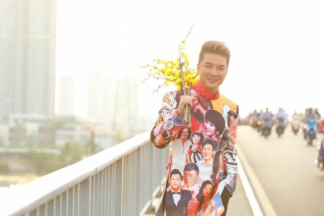 Đàm Vĩnh Hưng diện áo dài có hình Hoài Linh, Lệ Quyên hát đón Tết ảnh 3