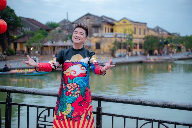 Đàm Vĩnh Hưng diện áo dài có hình Hoài Linh, Lệ Quyên hát đón Tết ảnh 2