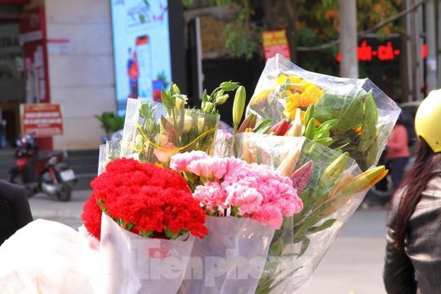 Hoa tươi sau Tết ở Hà Nội rớt giá thê thảm chưa từng thấy ảnh 7