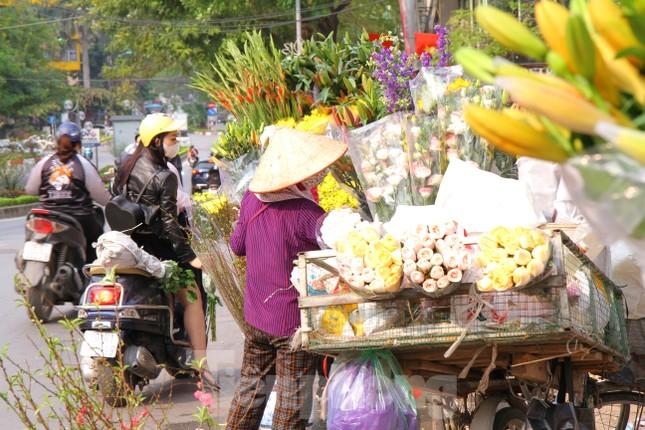 Hoa tươi sau Tết ở Hà Nội rớt giá thê thảm chưa từng thấy ảnh 1