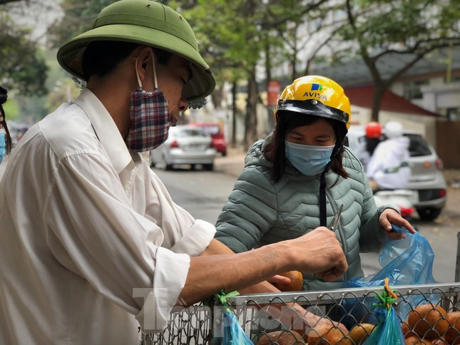 Hoa quả giá rẻ không rõ nguồn gốc bán trên phố Hà Nội vẫn hút khách ảnh 11