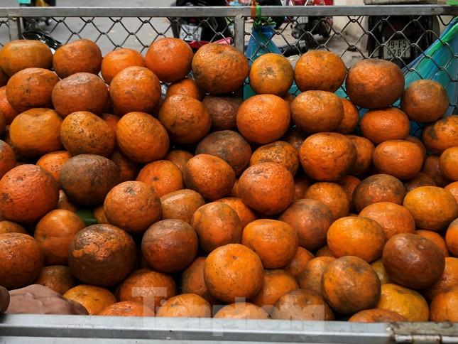 Hoa quả giá rẻ không rõ nguồn gốc bán trên phố Hà Nội vẫn hút khách ảnh 12