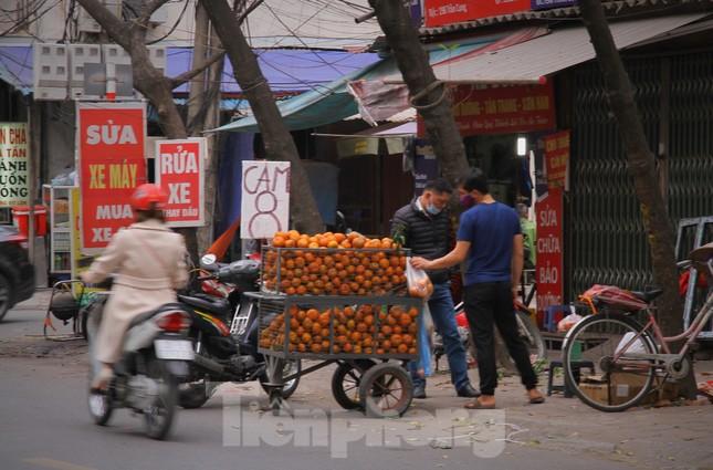 Hoa quả giá rẻ không rõ nguồn gốc bán trên phố Hà Nội vẫn hút khách ảnh 13