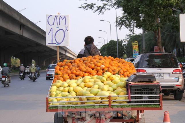 Hoa quả giá rẻ không rõ nguồn gốc bán trên phố Hà Nội vẫn hút khách ảnh 1