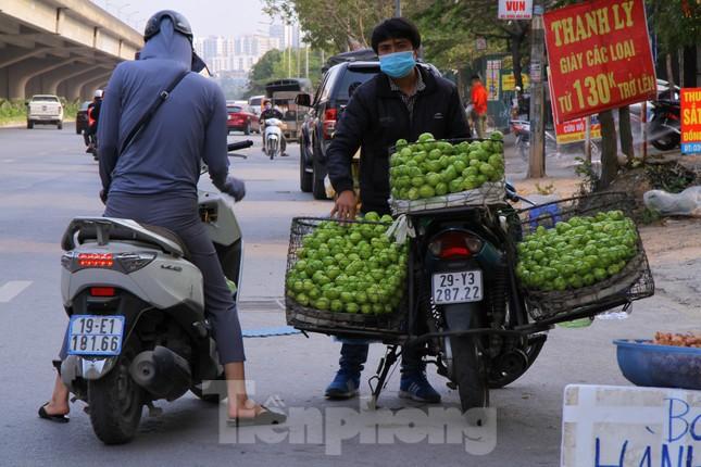 Hoa quả giá rẻ không rõ nguồn gốc bán trên phố Hà Nội vẫn hút khách ảnh 2