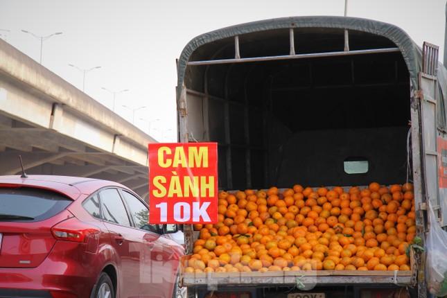 Hoa quả giá rẻ không rõ nguồn gốc bán trên phố Hà Nội vẫn hút khách ảnh 3