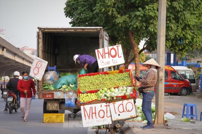 Hoa quả giá rẻ không rõ nguồn gốc bán trên phố Hà Nội vẫn hút khách ảnh 4