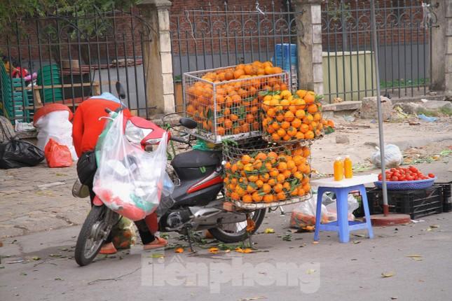 Hoa quả giá rẻ không rõ nguồn gốc bán trên phố Hà Nội vẫn hút khách ảnh 5