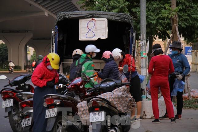 Hoa quả giá rẻ không rõ nguồn gốc bán trên phố Hà Nội vẫn hút khách ảnh 7
