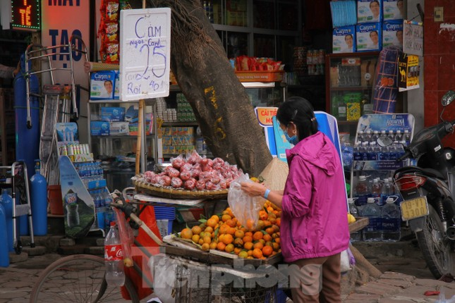 Hoa quả giá rẻ không rõ nguồn gốc bán trên phố Hà Nội vẫn hút khách ảnh 8
