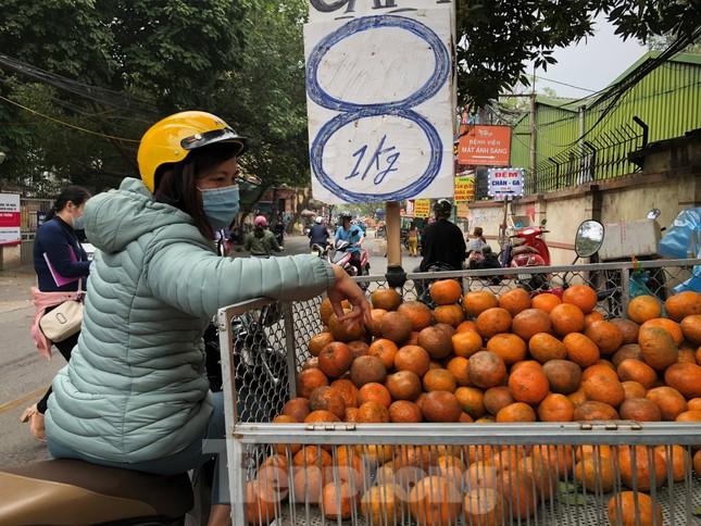 Hoa quả giá rẻ không rõ nguồn gốc bán trên phố Hà Nội vẫn hút khách ảnh 10