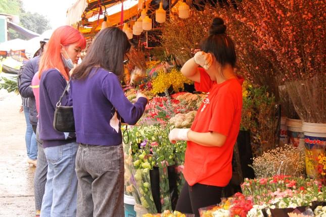 Giá hoa tăng vọt trước ngày 8/3, chủ hàng thuê thêm người chốt đơn online ảnh 1