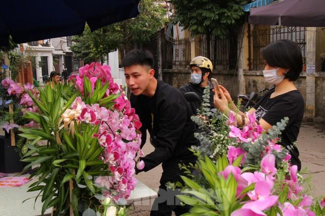 Giá hoa tăng vọt trước ngày 8/3, chủ hàng thuê thêm người chốt đơn online ảnh 9