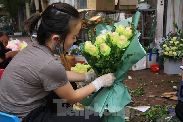 Giá hoa tăng vọt trước ngày 8/3, chủ hàng thuê thêm người chốt đơn online ảnh 11