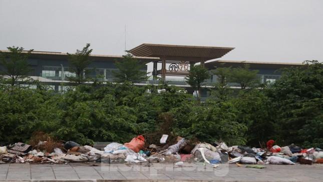 Bãi rác tự phát khổng lồ kéo dài trên đoạn đường 'trăm tỷ' ở Hà Nội ảnh 1