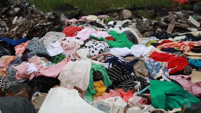 Bãi rác tự phát khổng lồ kéo dài trên đoạn đường 'trăm tỷ' ở Hà Nội ảnh 10