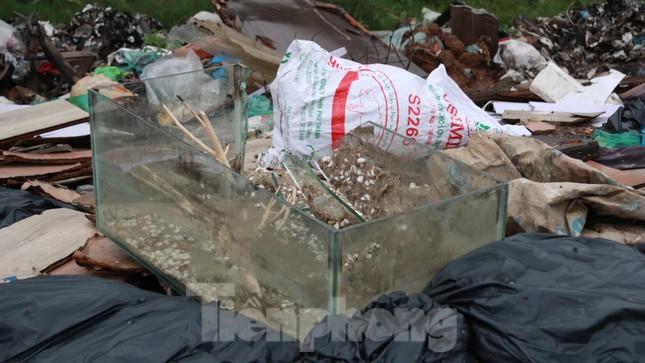 Bãi rác tự phát khổng lồ kéo dài trên đoạn đường 'trăm tỷ' ở Hà Nội ảnh 12