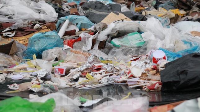 Bãi rác tự phát khổng lồ kéo dài trên đoạn đường 'trăm tỷ' ở Hà Nội ảnh 13
