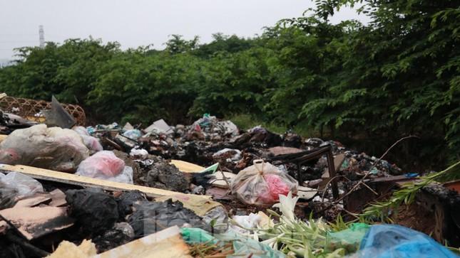 Bãi rác tự phát khổng lồ kéo dài trên đoạn đường 'trăm tỷ' ở Hà Nội ảnh 14