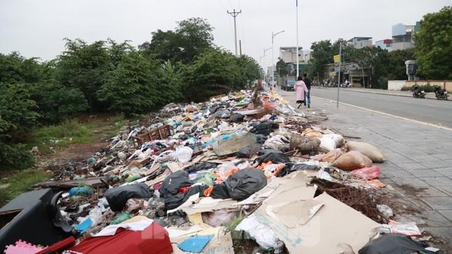 Bãi rác tự phát khổng lồ kéo dài trên đoạn đường 'trăm tỷ' ở Hà Nội ảnh 15