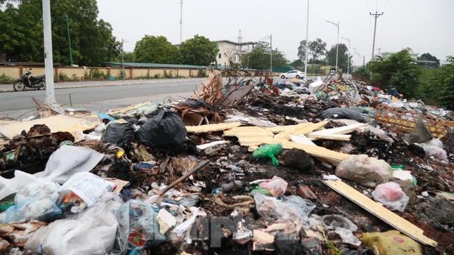 Bãi rác tự phát khổng lồ kéo dài trên đoạn đường 'trăm tỷ' ở Hà Nội ảnh 2