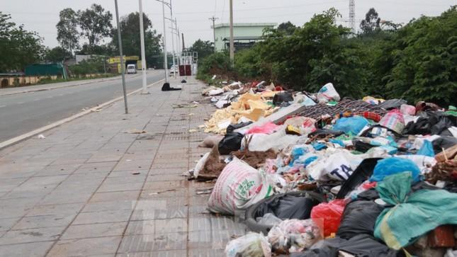 Bãi rác tự phát khổng lồ kéo dài trên đoạn đường 'trăm tỷ' ở Hà Nội ảnh 3
