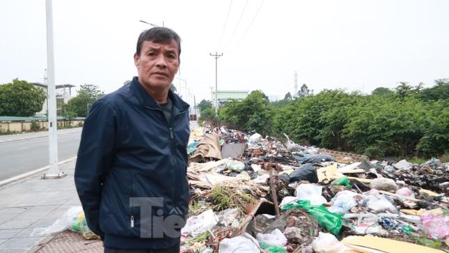 Bãi rác tự phát khổng lồ kéo dài trên đoạn đường 'trăm tỷ' ở Hà Nội ảnh 4
