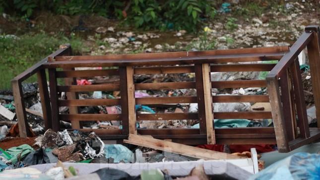 Bãi rác tự phát khổng lồ kéo dài trên đoạn đường 'trăm tỷ' ở Hà Nội ảnh 5