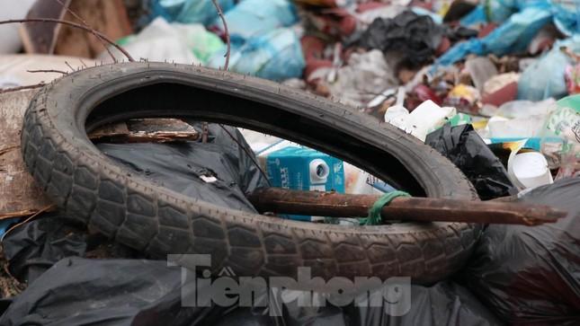 Bãi rác tự phát khổng lồ kéo dài trên đoạn đường 'trăm tỷ' ở Hà Nội ảnh 6