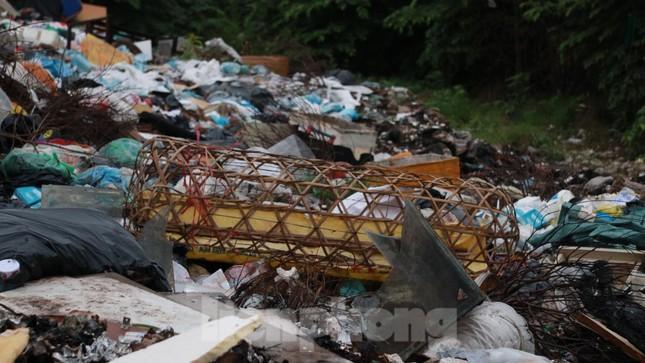 Bãi rác tự phát khổng lồ kéo dài trên đoạn đường 'trăm tỷ' ở Hà Nội ảnh 7