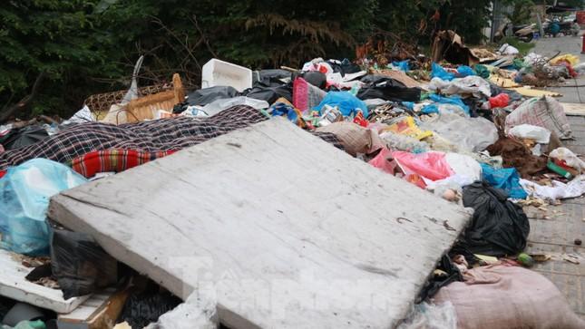 Bãi rác tự phát khổng lồ kéo dài trên đoạn đường 'trăm tỷ' ở Hà Nội ảnh 8